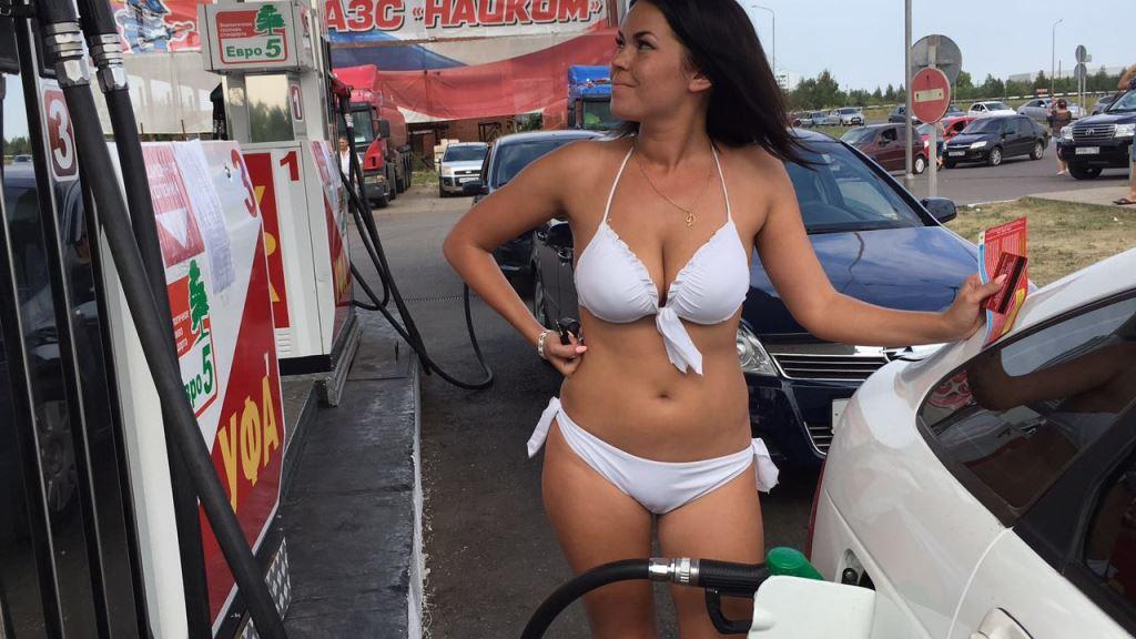 devushki-i-avto-foto-v-kupalnikah